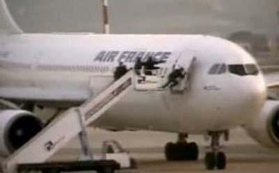 GIGN đột kích qua cửa trước phía bên phải máy bay