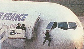 Khi cuộc tấn công bắt đầu, phi công phụ nhảy thoát ra khỏi buồng lái