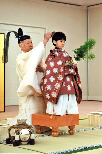 Hoàng tử Hisahito, cháu đích tôn của Nhật hoàng trong tham dự nghi lễ chuyển đổi, tháng 10/2011. Ảnh do IHA cung cấp