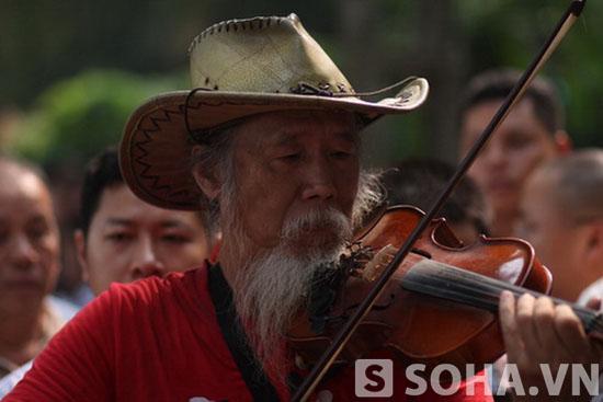 Nghệ sĩ Tạ Trí Hải kéo violon bài