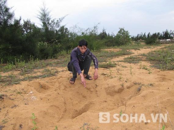 Anh Tuấn Anh bên cạnh chiếc hố mà các đối tượng đã đào dùng để chôn mình