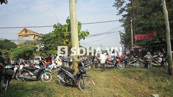 Người dân tụ tập quanh khu vực xảy ra vụ nổ nhà máy z4 để theo dõi thông tin.