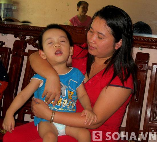 Chị Tống Thị Xa Huế và con trai là cháu Phan Gia Hưng.