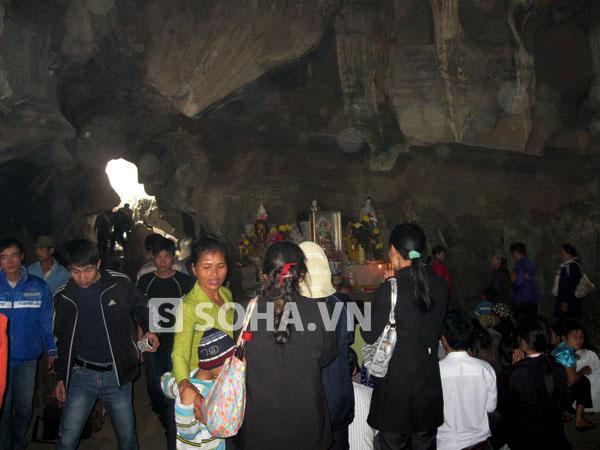 Vào ngày lễ hội chùa, rất đông du khách từ các nơi tìm đến.