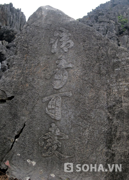 Trên đường đi, du khách còn có thể bắt gặp được khá nhiều dấu tích chữ viết của tiền nhân khắc trên các phiến đá như thế này.
