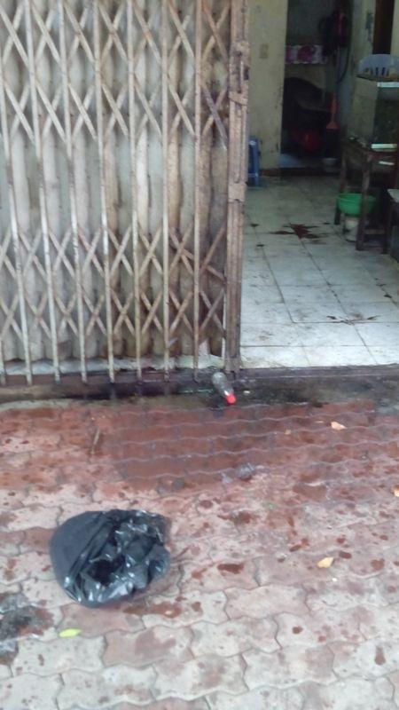 Chai xăng và dầu nhớt cùng với bật lửa ngay cửa nhà ông Tuấn