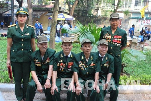 Bà Na (ảnh ngoài cùng bên trái) - người đã từng 2 lần hát cho Đại tướng.Binh liên lạc Chiến sỹ Điện Biên Hòa Bình xuống Hà Nội, đang chờ đợi để vào viếng Đại tướng.
