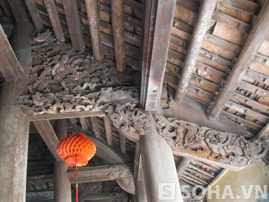 Những chạm trổ của phù điêu kiến trúc thời Nguyễn ở trong đình hiện vẫn còn tồn tại và có giá trị.