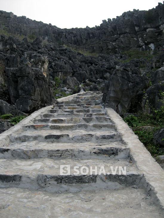 Con đường bằng đá nguyên sơ khi xưa giờ đã bị thay thế bằng con đường bê tông như thế này.