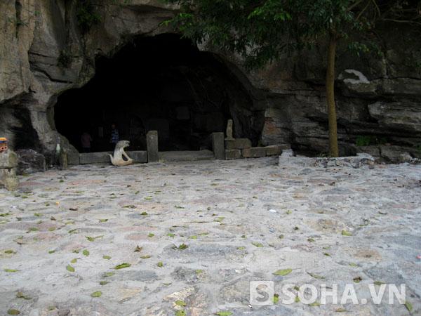 Không những thế, phía bên ngoài cửa động và trong động khi xưa lát bằng đá rất ddwpj giờ cũng bị