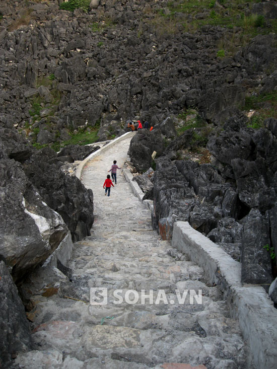 Nhiều du khách khi đến thăm Động Hồ Công giờ đây không khỏi lắc đầu ngán ngẩm.