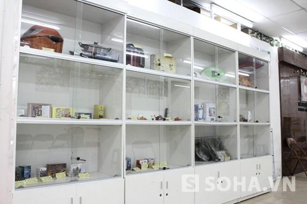 """Những tủ hàng của công ty toàn chữ Trung Quốc nhưng được bán với giá khá """"chat""""."""