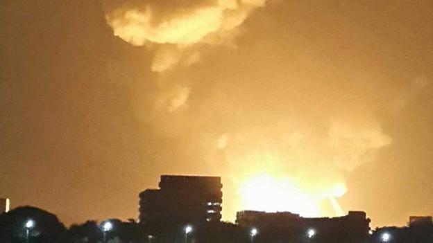 Ngọn lửa bốc cao sau vụ nổ tàu ngầm INS Sindhurakshak ở cảng Mumbai