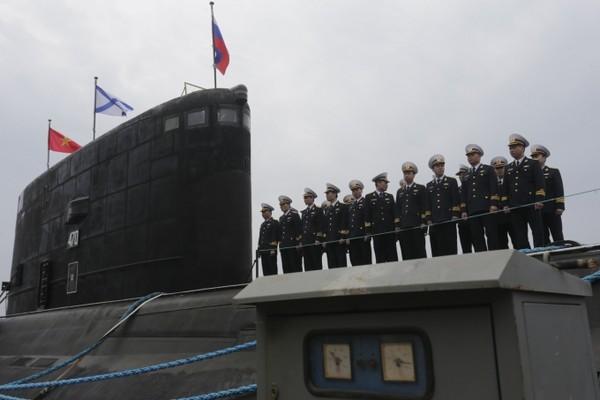 Tàu ngầm Kilo Hà Nội trong chuyến thăm và thị sát của Thủ tưởng Nguyễn Tấn Dũng tại Kaliningrad hồi tháng 5/2013.