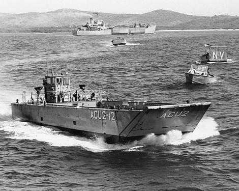 Tàu đổ bộ cơ giới kiểu LCM-8 với cửa lớn ở mũi tàu dùng để các phương tiện, binh lính di chuyển lên bờ.
