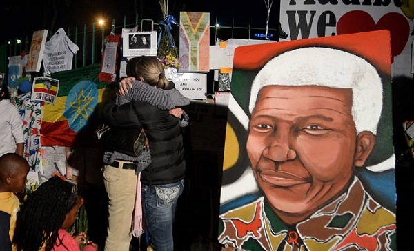 Cái ôm chia sẻ tình cảm, sự lo âu dành cho Mandela, người đã chinh phục được trái tim người dân Nam Phi bất kể màu da.