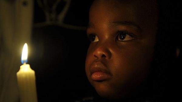 Em bé này được sinh ra sau khi Mandela đã rời khỏi chính trường. Nhưng em vẫn được hưởng thành quả từ cuộc đấu tranh kiên cường của ông chống lại chủ nghĩa phân biệt chủng tộc apartheid. Hôm nay, em đến đây, thắp nến để cầu nguyện cho một tượng đài sống của Nam Phi