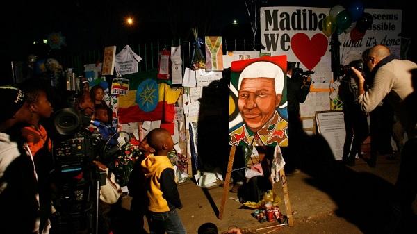 Rất nhiều hoa, tranh ảnh, bưu thiếp ghi những lời cầu nguyện cho Nelson Mandela được mang tới bên ngoài bệnh viện Medi Clinic. Gia đình Mandela cho biết, họ cảm thấy ấm lòng vì sự chia sẻ của người dân Nam Phi