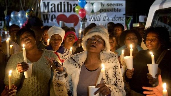 Người ủng hộ Mandela thắp nến và hát thánh ca cầu nguyện cho ông