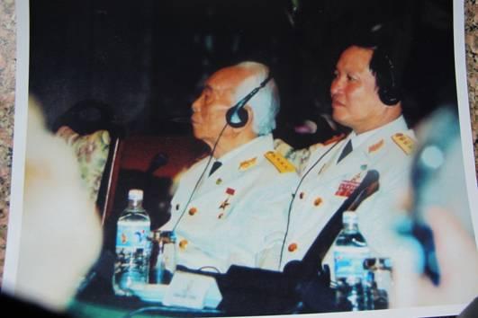 Thượng tướng Nguyễn Huy Hiệu cùng Đại tướng Võ Nguyên Giáp nhân dịp kỷ niệm 50 năm chiến thắng Điện Biên Phủ tại Hà Nội (Ảnh do nhân vật cung cấp)