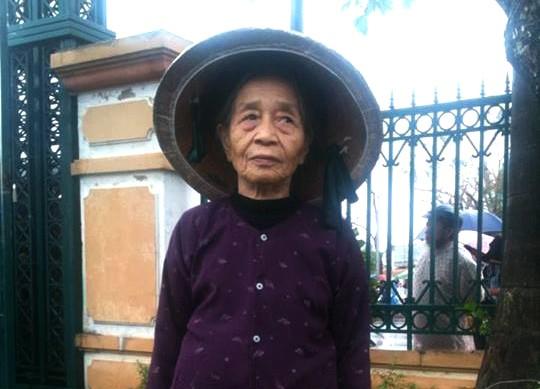 Bà Quế Thị Nhung (79 tuổi) từ huyện Yên Thành (Nghệ An) bắt tàu đi một mình vào viếng Đại tướng tại Quảng Bình. Bà Nhung có nguyện vọng được ra sân bay Đồng Hới đưa tang Đại tướng và hơn nữa la muốn nhìn thấy linh cữu Đại tướng. Ảnh: Tri thức