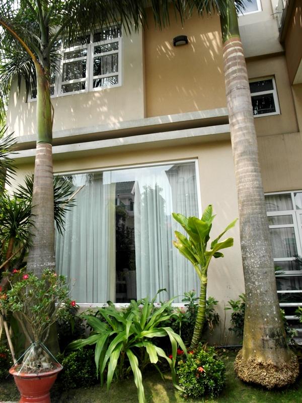 Ngôi biệt thự được thiết kế bằng nhiều cửa kính, thuận lợi đón ánh nắng...