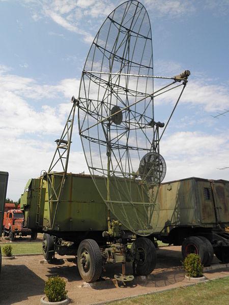 """Trong giai đoạn đầu, sản phẩm chủ lực của ISKRA là đài đo cao PRV-11, đây là đài radar sử dụng trong hệ thống phòng không S-75 (hay còn được gọi là SAM-2). Trong trận """"Điện Biên Phủ"""" trên không, các đài PRV-11 kết hợp cùng với đài P-35 phát hiện sớm máy bay B-52 trong tình hình nhiễu nặng để báo về cho các lực lượng bảo vệ Hà Nội"""