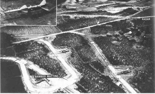 Hình ảnh trận địa tên lửa S-75 Dvina của bộ đội Việt Nam do máy bay trinh sát Mỹ chụp. Một trận địa S-75 Dvina gồm: 6 bệ phóng tên lửa và đài điều khiển hỏa lực cùng các thành phần hỗ trợ khác.
