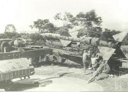 Các chiến sĩ thực hiện công việc nạp đạn vào bệ phóng.