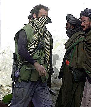 Một lính SBS bên cạnh các đồng minh Liên minh phương Bắc tại Afghanistan