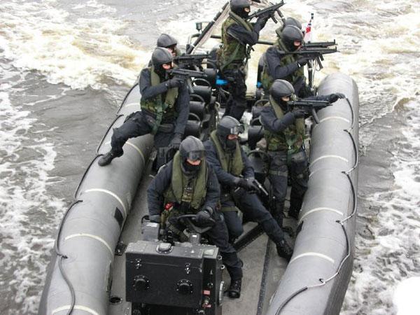 SBS huấn luyện trên một xuồng hơi thân cứng