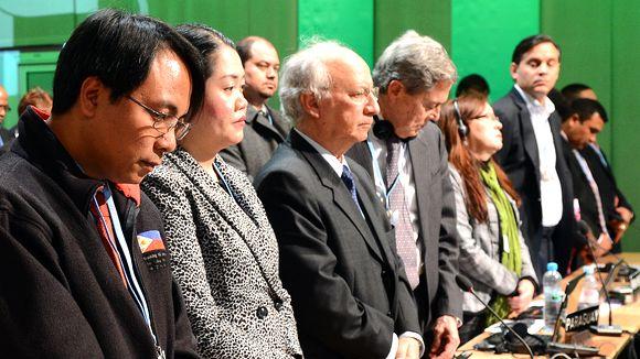 Ông Yeb Sano và các đại biểu tham dự COP19 mặc niệm nạn nhân bão Haiyan