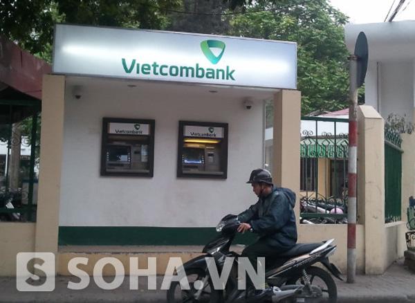 Bộ nhận diện thương hiệu mới của Vietcombank  tại một buồng rút tiền ATM trước cổng Bộ Nông nghiệp và Phát triển nông thôn.