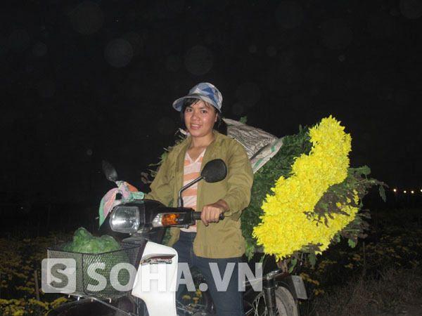 Những xe hoa tươi đầy ắp chuẩn bị được đưa ra chợ để phục vụ cho nhu cầu của người dân nội đô.