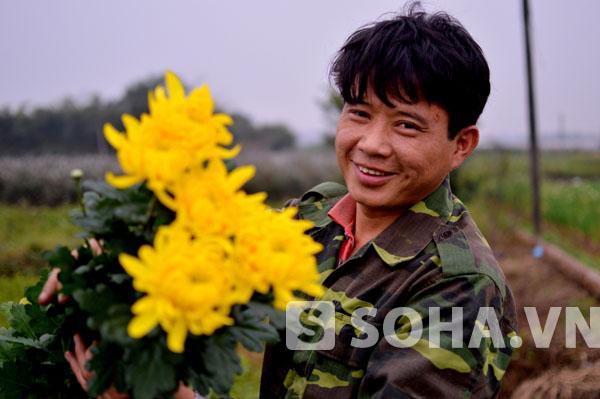 Niềm vui bên những bông hoa tươi, đẹp của người nông dân sau bao ngày vất vả vun trồng, chăm sóc.