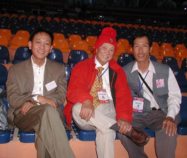 Nhà báo Trần Quế Hà (bên phải) trong một lần chụp ảnh lưu niệm với cố nhạc sỹ Phạm Duy. (Ảnh: Quế Hà).