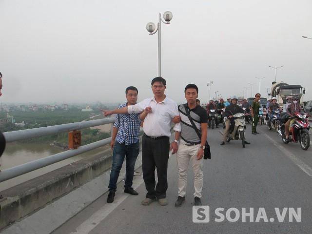 Nguyễn Mạnh Tường (ở giữa)