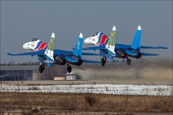 """Ảnh: Phi đội """"Hiệp sĩ Nga"""" và """"Chim Én"""" trình diễn tại Kubina"""