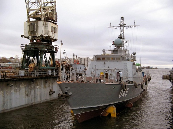 Tàu HQ-265 nằm trên đốc nổi của nhà máy chuẩn bị được hạ thuỷ