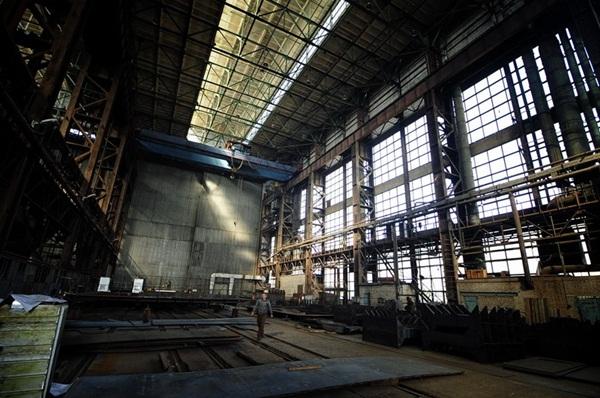 Nhà máy đóng tàu East Wharf được thành lập vào năm 1952 tại Vladivostok. Đây là nhà máy đóng 2 tàu Svetlyak HQ-266, HQ-267 cũng như là nơi chế tạo cầu tàu nổi và đốc nổi phục vụ cho tàu ngầm Kilo của Hải quân nhân dân Việt Nam.