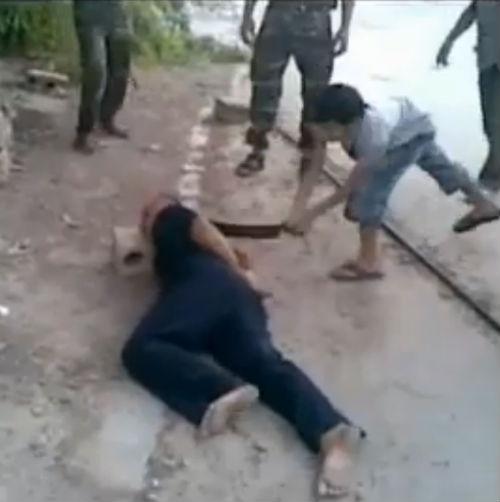 """Thảm cảnh """"đao phủ nhí"""" và những vụ hành quyết man rợ ở Syria"""