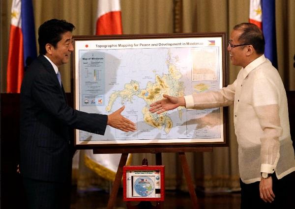 Cú bắt tay của Thủ tướng Nhật Bản với Tổng thống Philippines khiến Trung Quốc lo ngại