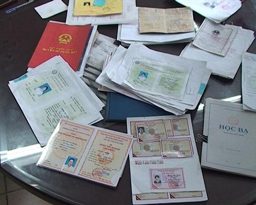 Các loại giấy tờ được làm giả bị thu giữ.