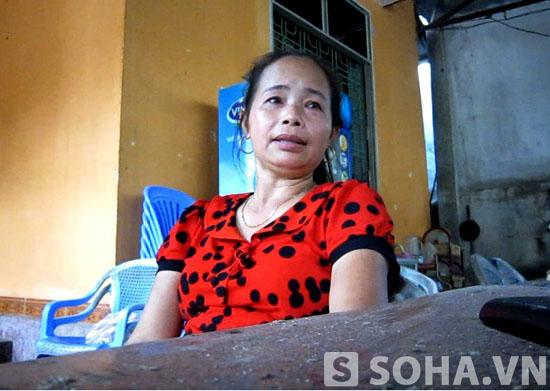 Chị Nguyễn Thị Tuyết bàng hoàng kể lại vụ vổ.