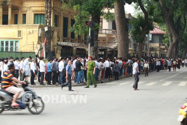 Đoàn người đến viếng Đại tướng trên đường Hoàng Diệu đã dài hàng km