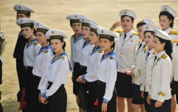Trong số nữ quân nhân, giới văn công luôn được ưu tiên nhất, vì lãnh tụ Kim Jong Il thích văn nghệ