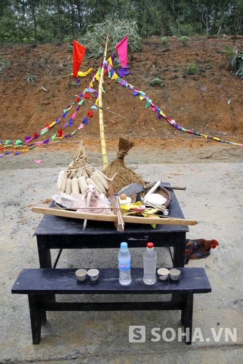 Một bàn cúng được lập nên để tế lễ với đầy đủ ngô, đầu lợn và gà sống.