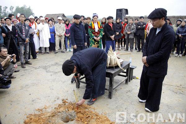 Đào hốc chuẩn bị chôn cây nêu để tế.