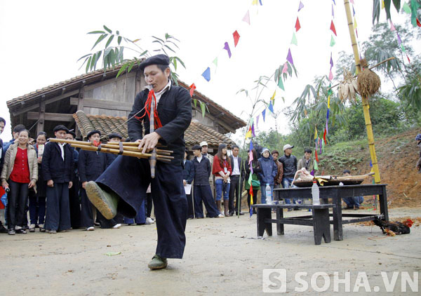 Sau phần cúng bái của thầy mo, mọi người bắt đầu chơi những trò chơi dân gian quanh chân cây nêu.