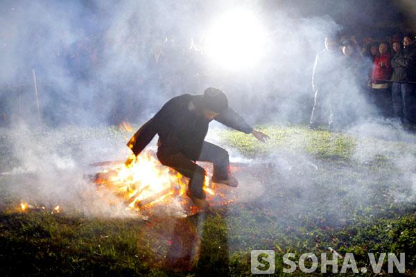 Những thanh niên cúi gập người, nhảy lò cò bằng cả hai chân trên cát xung quanh đống lửa. Họ bắt đầu từ việc đưa tay vào bới đống lửa. Nhảy hẳn vào đống lửa và lại nhảy ra trong tiếng hò reo cuồng nhiệt của mọi người.